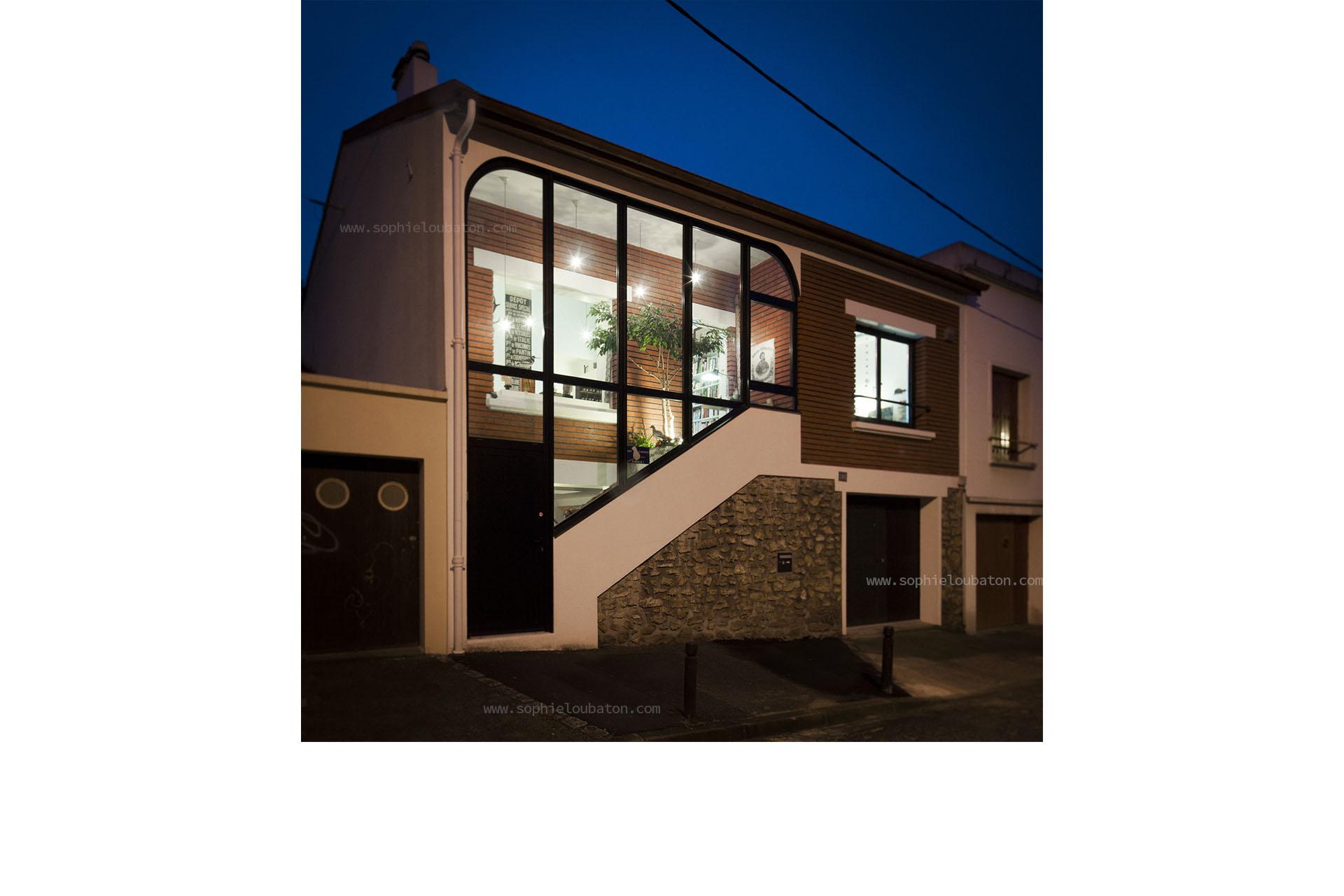 façade sur rue. création d'une verrière à fleur de la façade. petite terrasse intérieure (avec arbre planté).