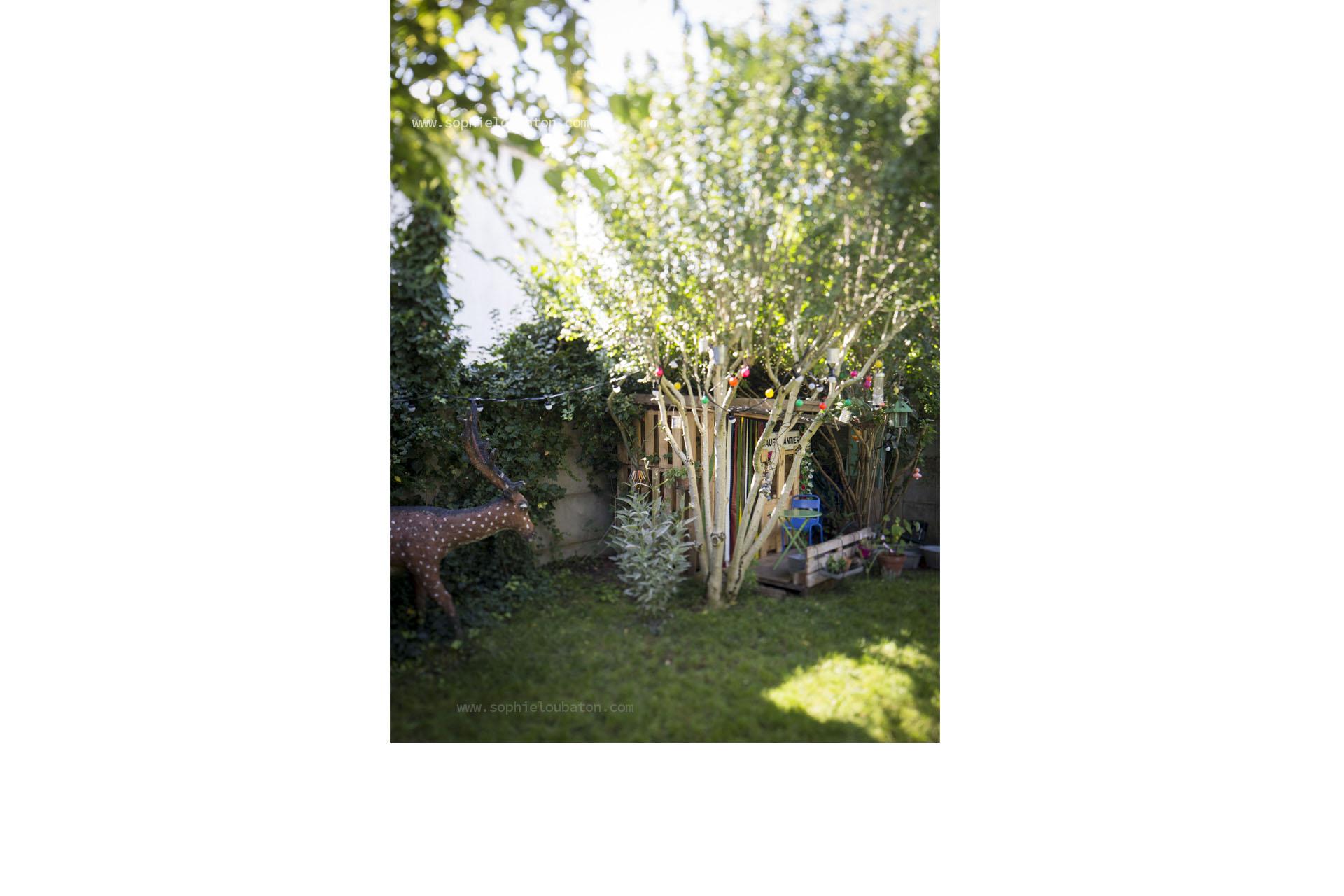 """jardin, cerf en béton polychrome (issus du """"jardin extraordinaire d'andré hardy"""" _ voir sujet art brut ), cabane."""